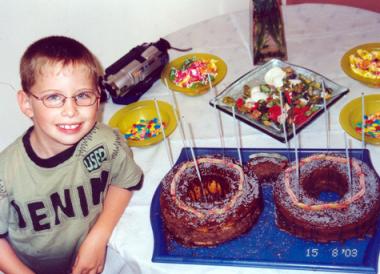 מסיבה עם עוגת משקפיים