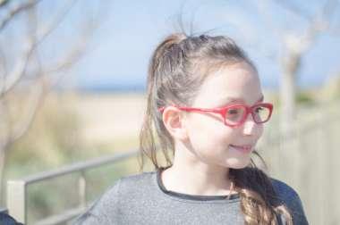 משקפי ראייה אדומים לילדים